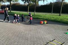Balvaardigheidsles Kinderdagverblijf Partou ballen in net afstand