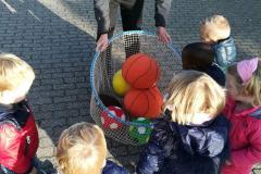 Balvaardigheidsles Kinderdagverblijf Partou ballen in net